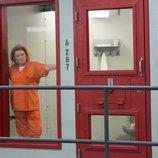 Galina 'Red' mira amenazante desde el interior de su celda en la sexta temporada de 'Orange is the New Black'