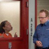 Gloria Mendoza habla con un agente de la prisión en la sexta temporada de 'Orange is the New Black'