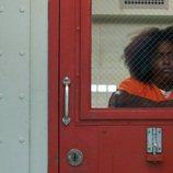 'Taystee' Jefferson, apoyada en la puerta de su celda en la sexta temporada de 'Orange is the New Black'