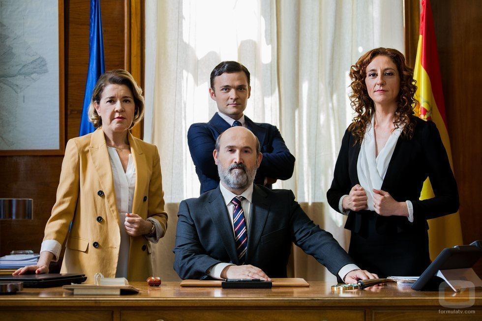 Javier Cámara, María Pujalte, Nuria Mencía y Adam Jezierski en 'Vota Juan', serie de TNT