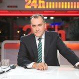 Xabier Fortes sentado en la mesa de las Noticias 24 horas