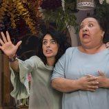 Aislinn Derbez y Norma Angélica durante una escena de 'La casa de las flores'