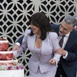 Verónica Castro y Arturo Ríos partiendo la tarta durante una escena de 'La casa de las flores'