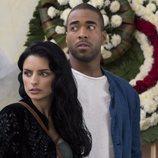 Aislinn Derbez y Sawandi Wilson en una escena de la primera temporada de 'La casa de las flores'