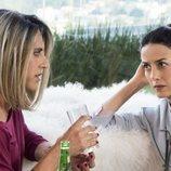 Paco León y Cecilia Suárez charlan durante una escena de 'La casa de las flores'