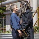 Carol y Ezekiel se miran en la novena temporada de 'The Walking Dead'