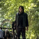 Daryl sujeta su ballesta en la novena temporada de 'The Walking Dead'