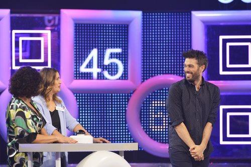 Dani Martínez con dos concursantes en 'El concurso del año'