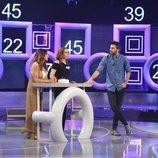 Dani Martínez charlando con dos concursantes en 'El concurso del año'