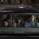 La familia protagonista de 'La maldición de Hill House' en un coche