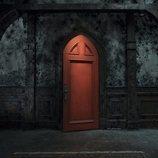 Una puerta roja siniestra de la casa de 'La maldición de Hill House'