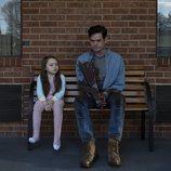 Violet McGraw y Henry Thomas en 'La maldición de Hill House'