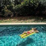 Alfonso Bassave desnudo en una piscina
