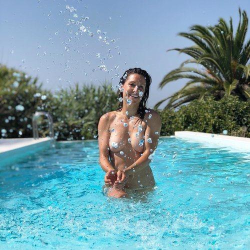 El explosivo desnudo de Nagore Robles en su piscina
