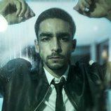 Omar Ayuso vestido de traje en una promoción de 'Élite'
