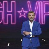 Jorge Javier Vázquez posa junto al logo de 'GH VIP'