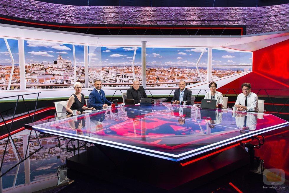 Antonio García Ferreras posa con el equipo de colaboradores en el plató de 'Al rojo vivo'