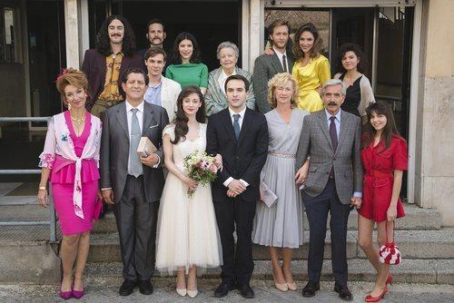 Foto de grupo de la boda de Carlos y Karina en 'Cuéntame cómo pasó'