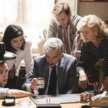 Antonio Alcántara rodeado de sus hijos y de su mujer en una escena de 'Cuéntame'