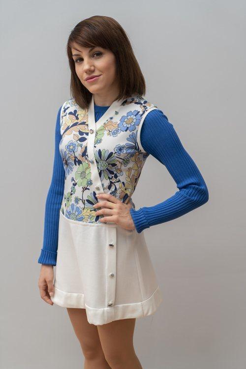 Nieves, la nueva secretaria de 'Amar es para siempre' luciendo un vestido