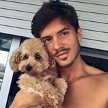 Carlos Right ('OT 2018') sin camiseta y con un cachorrito