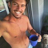 Carlos Right ('OT 2018') tomándose un café sin camiseta