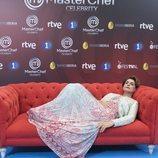 Antonia Dell'Atte  tumbada en un sofá en la presentación de 'MasterChef Celebrity 3'