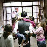 Jorge Fernández con una niña del orfanato en brazos en 'Esta casa era una ruina'