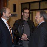 Fernando Valverde y Miguel Rellán se miran en 'El comisario'