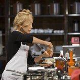 Carmen Lomana destapando una botella de aceite en 'MasterChef Celebrity 3'
