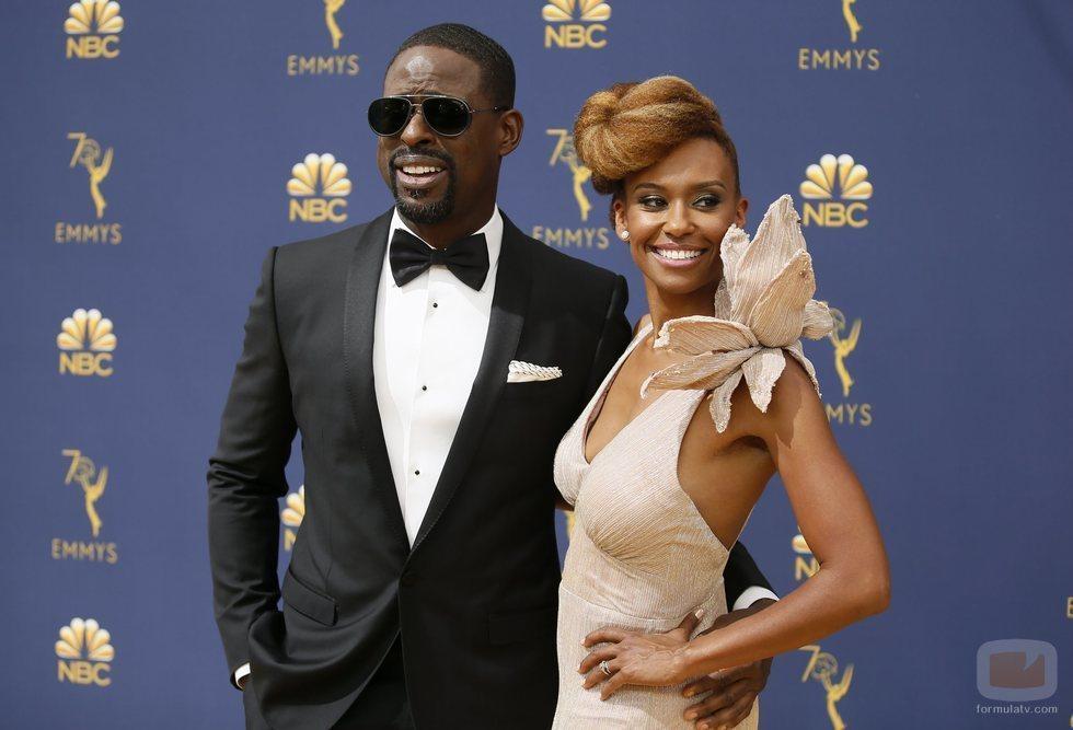 Sterling K. Brown y su mujer Ryan Michelle Bathe en la alfombra roja de los Emmy 2018