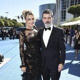 Antonio Banderas y su pareja, Nicole Kimpel, en la alfombra roja de los Emmy 2018