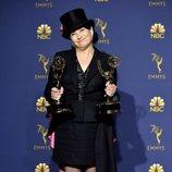 Amy Sherman-Palladino posa con sus dos Emmy
