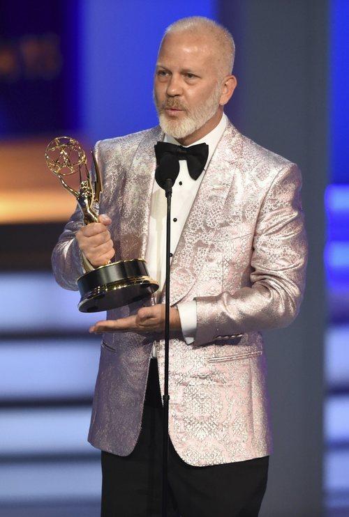 Ryan Murphy con uno de los Emmys ganados en la edición de 2018