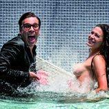 Mar Montoro se desnuda en una piscina junto a Torito  para Primera Línea