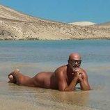 Juan Fernández ('La casa de papel') desnudo en la playa