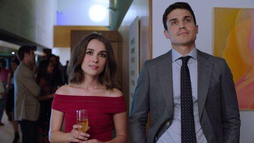 Álex González y Giulia Charm en una escena de 'Vivir sin permiso'
