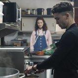 Nano y Marina en una cocina durante la primera temporada de 'Élite'