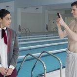 Nadia y Guzmán en una piscina durante la primera temporada de 'Élite'