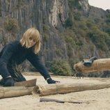 Nuria construye parte de la plataforma en la segunda temporada de 'El Puente'