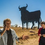 Teo y Pascual delante de un toro de Osborne en la primera temporada de 'Matadero'