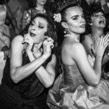 Melody y Mariola Fuentes en una escena de la primera temporada de 'Arde Madrid'