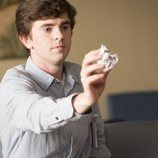 Freddie Highmore lanza una bola de papel en 'The Good Doctor'