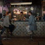 La banda de 'Snatch' reunida en torno a un anticuado bar, en la segunda temporada