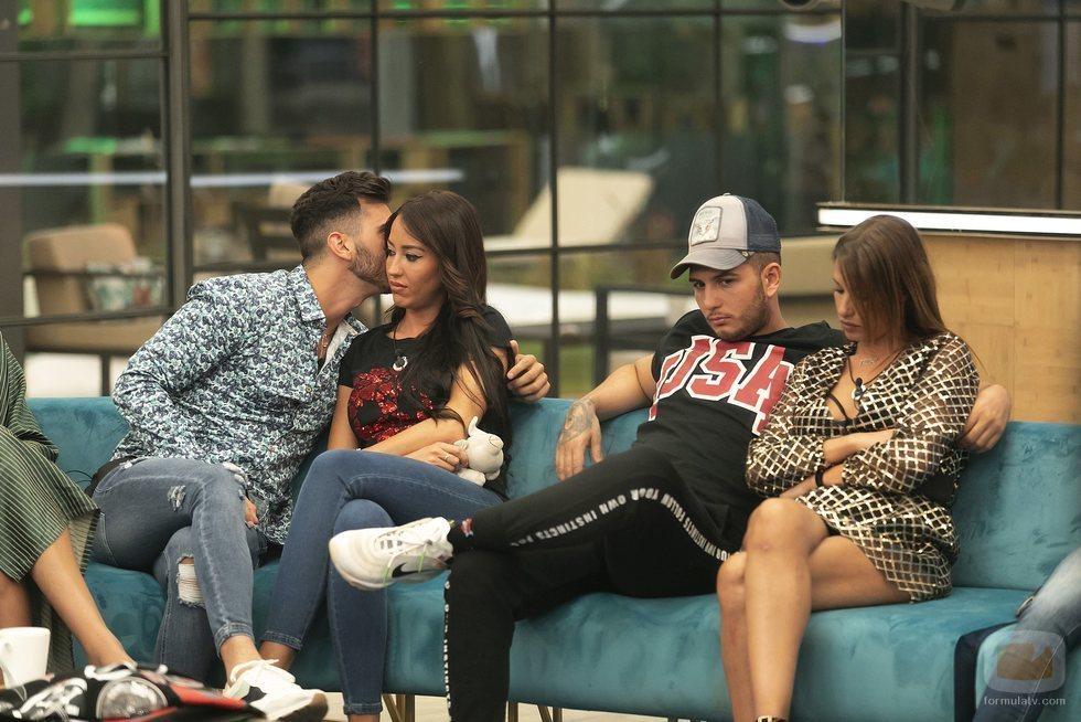 Omar Montes enfadado mientras Suso besa a Aurah en la Gala 4 de 'GH VIP 6'