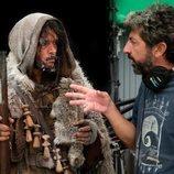 Pablo Molinero y Alberto Rodríguez en el rodaje de la segunda temporada de 'La peste'
