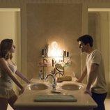 Carla y Polo en una escena en el baño en 'Élite'