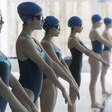Carla, Marina, Lucrecia y Nadia en la piscina en una escena de 'Élite'