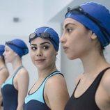 Lucrecia mira a Nadia en una escena en la piscina en la primera temporada de 'Élite'