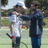 Ander junto a su padre en una escena de la primera temporada de 'Élite'